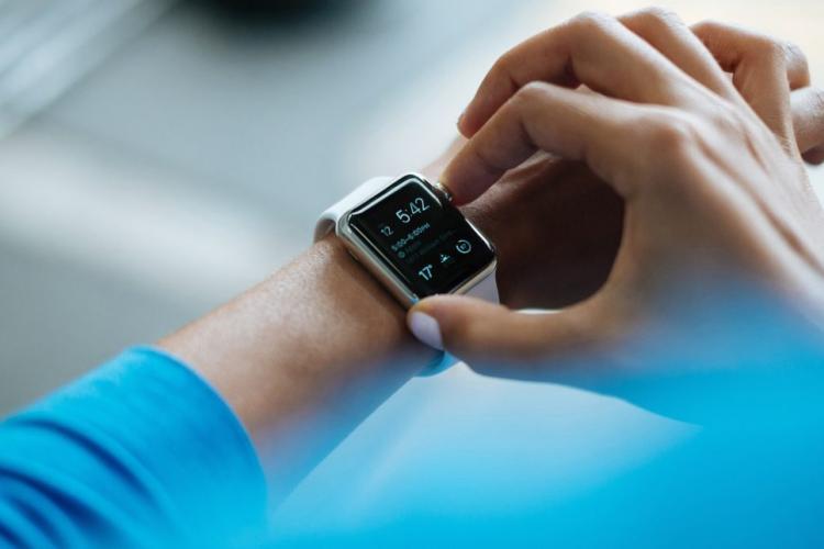 Ceasurile inteligente ar putea depista infectarea cu COVID-19 înainte de apariția simptomelor