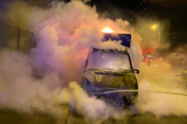Galerie FOTO - Un camion a luat foc pe Traian Vuia