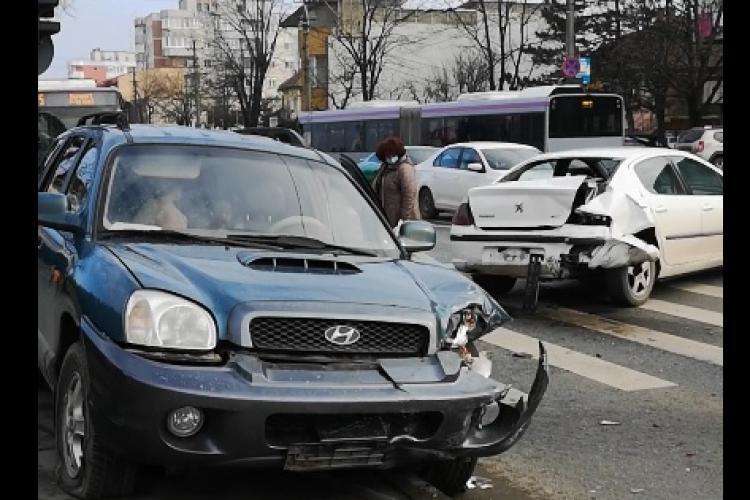 Accident pe Aurel Vlaicu! Două mașini s-au lovit, una fiind aruncată pe trotuar - VIDEO