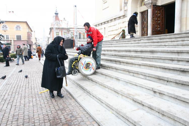 Cerșetori aduși duminica la Cluj și puși să ceară bani lângă biserici. Procurorii au intervenit