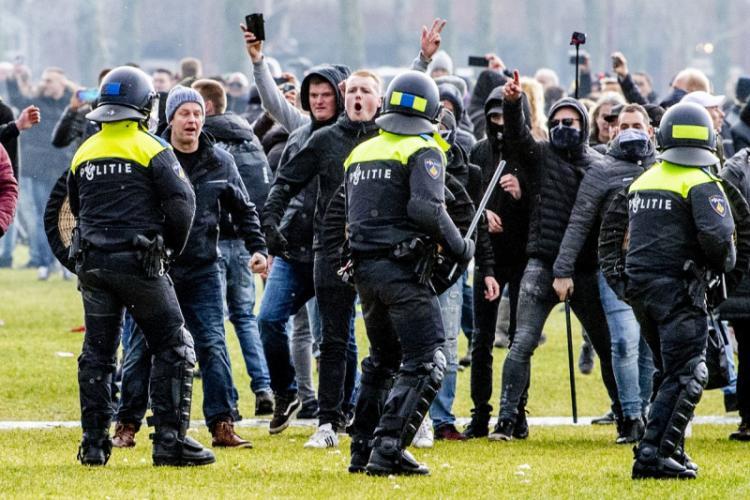 Proteste masive în Europa din cauza extinderii lockdown-ului. Ce se întâmplă în Amsterdam