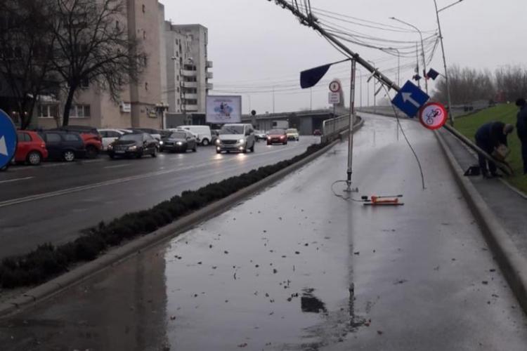 Stâlp luat de vânt în Satu Mare. Tabla de pe mall-ul Shopping City a fost distrusă