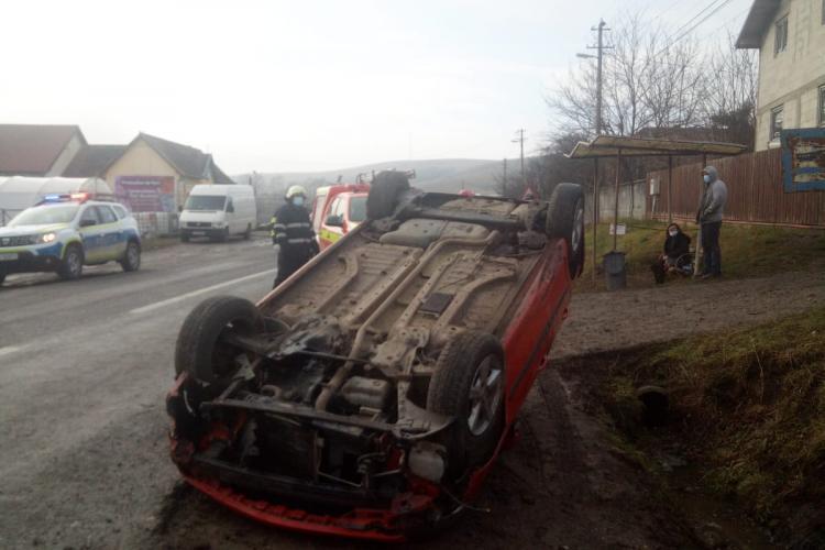O șoferiță de 60 de ani s-a răsturnat cu mașina la Corpadea - FOTO