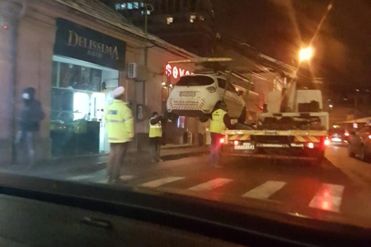Cluj: Mașină electrică de poliție ridicată în Piața Mihai Viteazu - FOTO