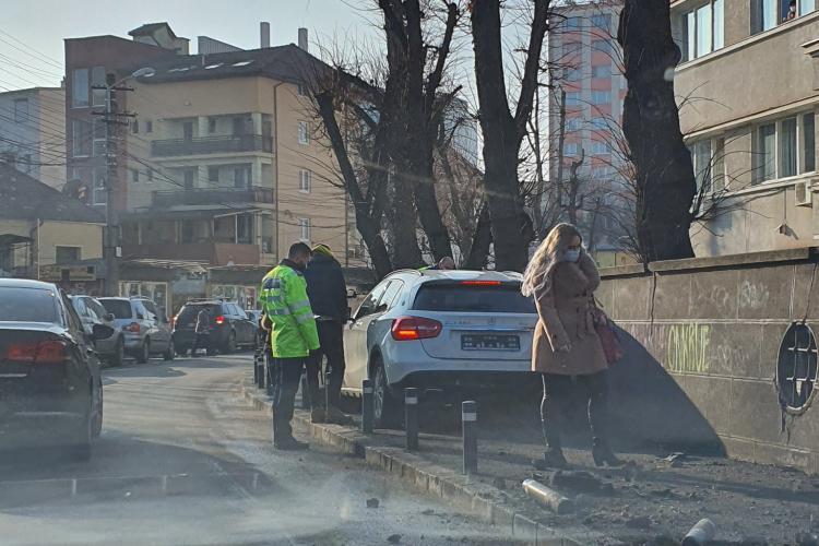 Kamikaze pe strada Argeș din Cluj-Napoca! A rupt stâlpii de pe trotuar - FOTO