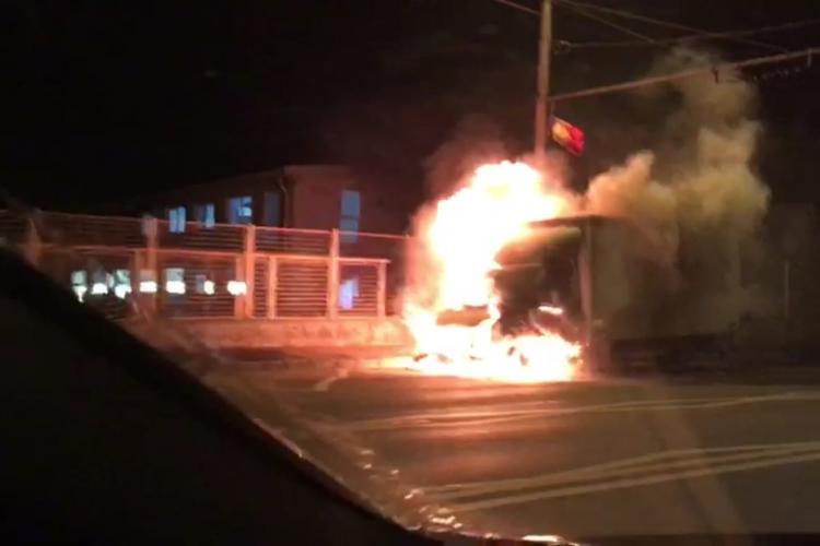 Camion în flăcări pe strada Traian Vuia, din Cluj-Napoca! VIDEO