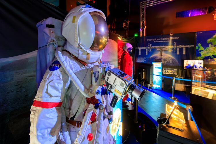 """Clujenii își pot testa abilitățile de astronaut și să probeze simulatoarele NASA, în cadrul expoziției """"Space în the City"""" - FOTO"""
