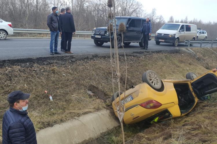 Mașină răsturnată pe centura Vâlcele - Apahida, în sațul de pe maginea drumului - FOTO