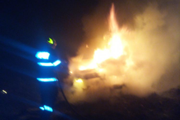 O mașină a luat foc pe un drum din Cluj, în urma unui accident de circulație - FOTO