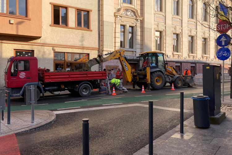 Eficiență ZERO! Modernizată pe fonduri europene, strada Emil Isac este spartă după 3 luni - FOTO