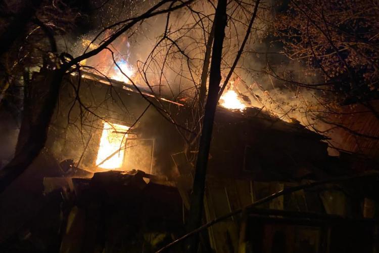 Incendiu cu un mort pe Brâncuși. A murit bătrânul care aduna deșeuri în curte - VIDEO