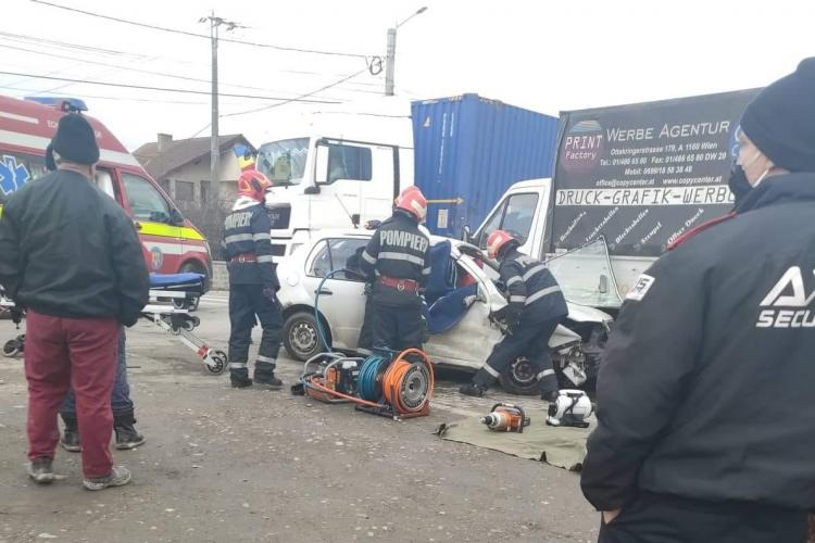Accident GRAV la Gilău! A intrat cu mașina sub un camion  - FOTO / VIDEO