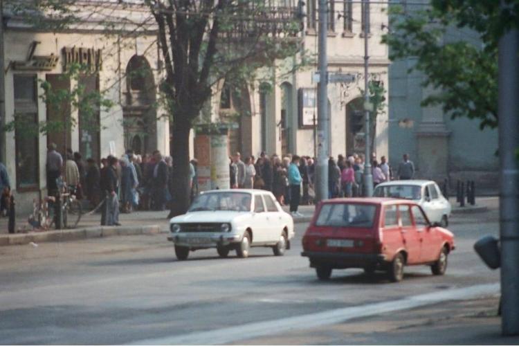 Cluj-Napoca: Coadă la lapte în comunism! Vă este dor? Cât costa un iaurt sau o sana - FOTO