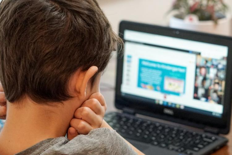 """Gustul amar rămas în urma școlii online pentru elevii din Cluj: """"Școala online nu a fost eficientă"""""""