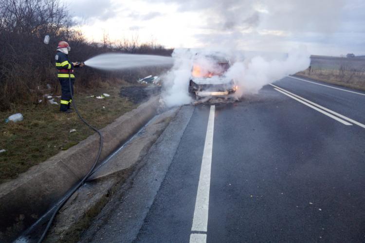 O mașină a luat foc între Mihăești și Topa Mică - FOTO