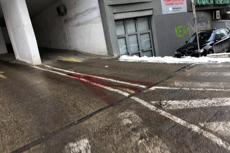 Locul sinuciderii din Mărăști arată sinistru. Au plecat și sângele curge pe beton - FOTO