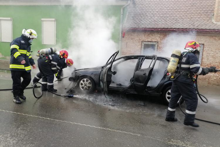 O mașină a ars ca o torță în Sibiu, localitatea Orlat - VIDEO