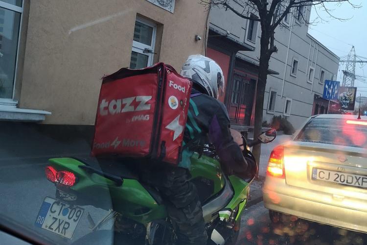 Explicațiile motociclistului care a fost acuzat că a rupt două oglinzi pe strada Traian: Proasta mi-a tăiat calea!