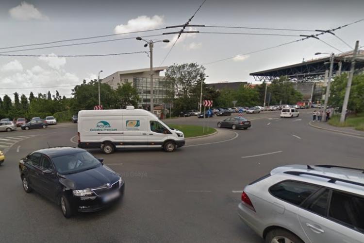 Copil de 2 ani, SINGUR, salvat de trecători în zona Iulius Mall Cluj, când voia să treacă strada. Ar fi fugit de la o creșă