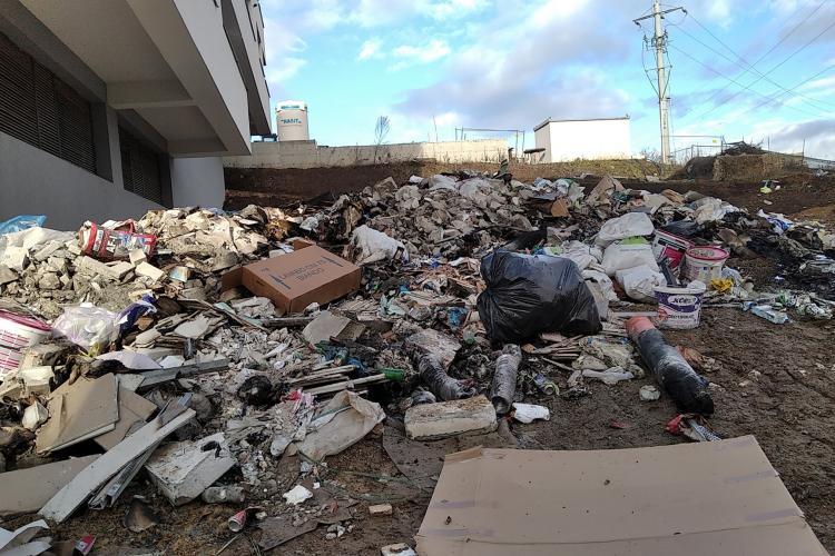 Viceprimarul din Baciu, Cosmin Maier, luat la rost de oameni pentru groapa de gunoi formată pe strada Luceafărului - FOTO