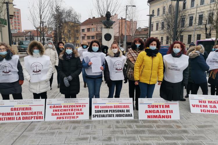 Grefierii din Cluj au protestat în fața Prefecturii. Ei cer calcularea corectă a salariilor - FOTO