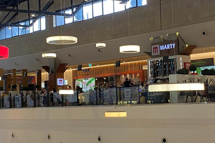Restaurantul Marty în Iulius Mall Cluj e plin. Clujenii sunt cu ochii pe cei care nu respectă legea - FOTO