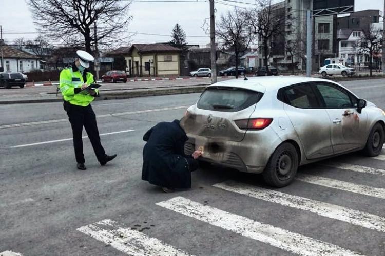 Șofer pus să își curețe cu batista plăcuțele de înmatriculare - FOTO