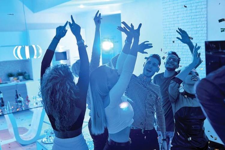 O petrecere într-un hotel de lux a fost întreruptă de polițiști. Bianca Drăgușanu și Adrian Minune, printre petrecăreți