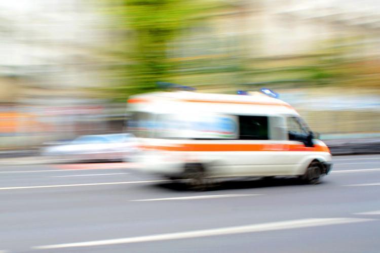 Cluj: S-a aruncat pe burtă ca să nu o lovească Ambulanța. Unii clujeni nu prea cunosc regulile