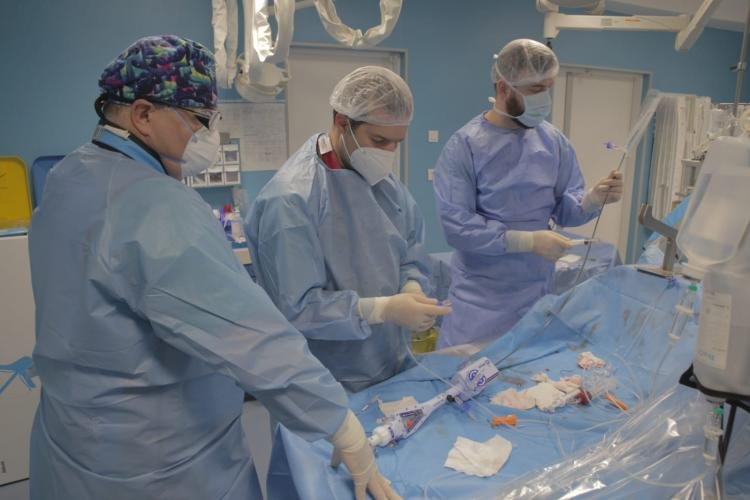Intervenții medicale în premieră la Cluj-Napoca: doi pacienți cu scurgeri paravalvulare mitrale, salvați fără bisturiu la Spitalul Monza-Ares