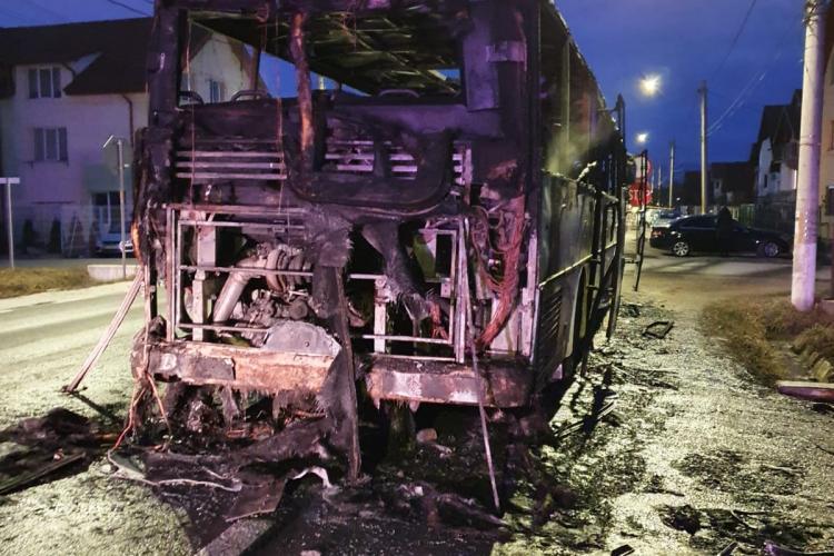 SIBIU - Un autocar cu muncitori a luat foc în localitatea Șura Mare - VIDEO