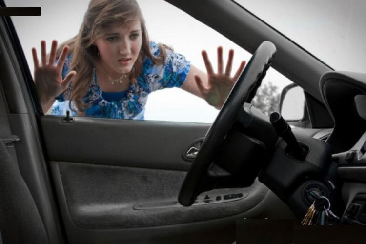 La shopping! O femeie și-a lăsat cheile în contact și mașina deschisă! Hoții lucrau liniștiți