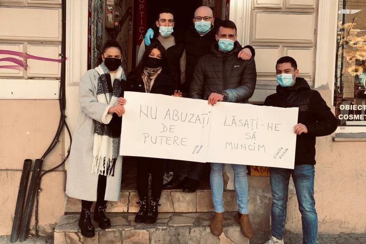 Protest la o cafenea din Cluj-Napoca: Nu abuzați de putere - FOTO