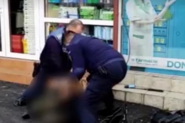 Cluj: Bărbat cu un cuțit în mână arestat de polițiști în Piața Mihai Viteazu. Momente de groază - VIDEO
