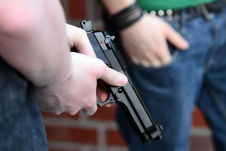 Pistol folosit într-un bloc din Hunedoara. Un bărbat a tras ca să se apere de un vecin