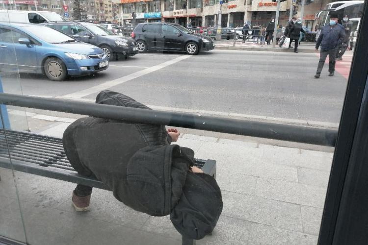 Un drogat doarme în stația de autobuz din Mărăști - FOTO
