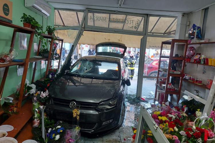 Un șofer din Alba a intrat cu mașina într-o florărie - FOTO