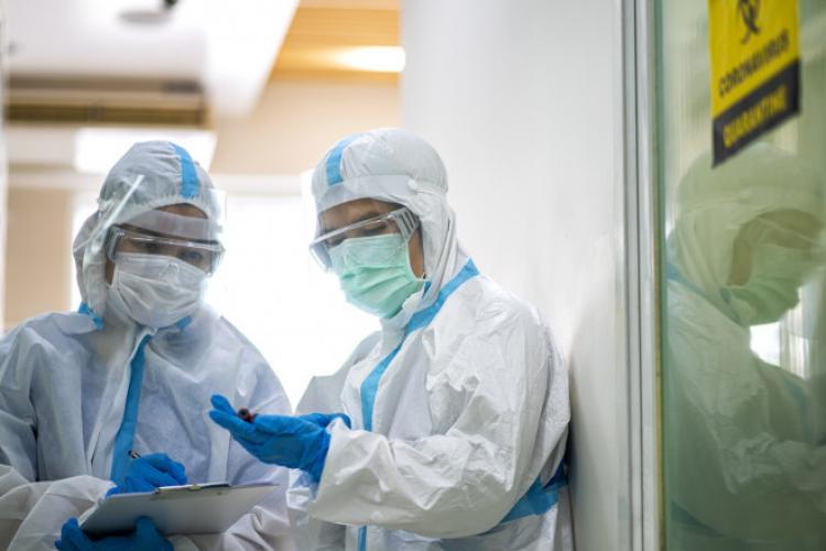 2.550 de cazuri noi de COVID-19 în România. Aproape 1.000 de pacienți internați la ATI