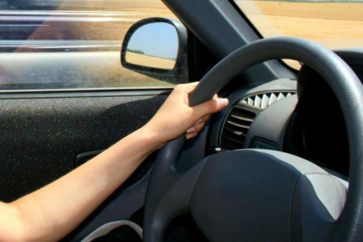 Doi minori din Câmpia Turzii au furat un autoturism și s-au plimbat prin oraș