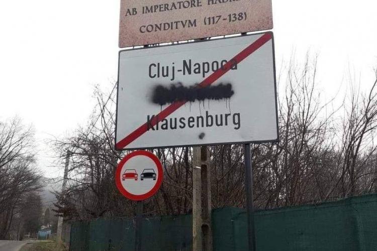 """Cuvântul Kolozsvar, acoperit cu spray negru la intrare în Cluj-Napoca de ceva """"maimuță"""" - FOTO"""