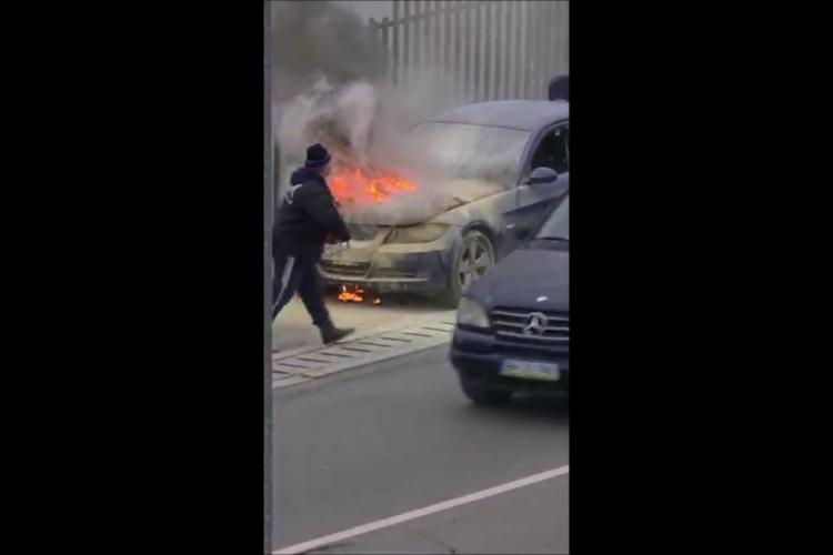 BMW în flăcări pe Calea Baciului, lângă Ruttrans - VIDEO