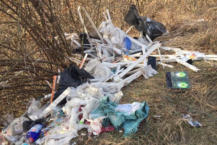 Moloz și alte deșeuri aruncate în Cluj-Napoca. Între gunoaie apare și numele unei firme - FOTO