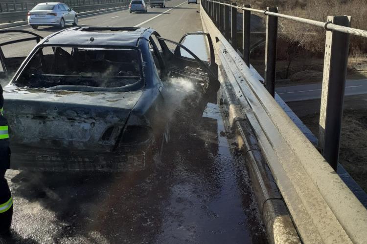 O mașină s-a făcut scrum pe Autostrada Transilvaniei - FOTO