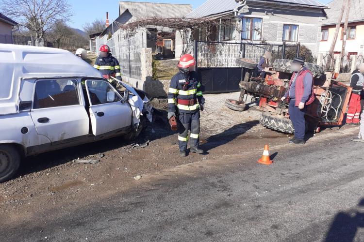Accident straniu la Cluj! O Dacie a răsturnat un tractor - FOTO