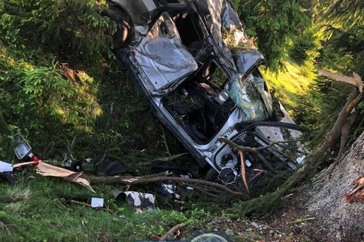 """Șofer inconștient la Cluj! A lovit un brad la Beliș și s-a făcut """"acordeon"""", iar acum se filmează pe Facebook cu 180 km/h - VIDEO"""
