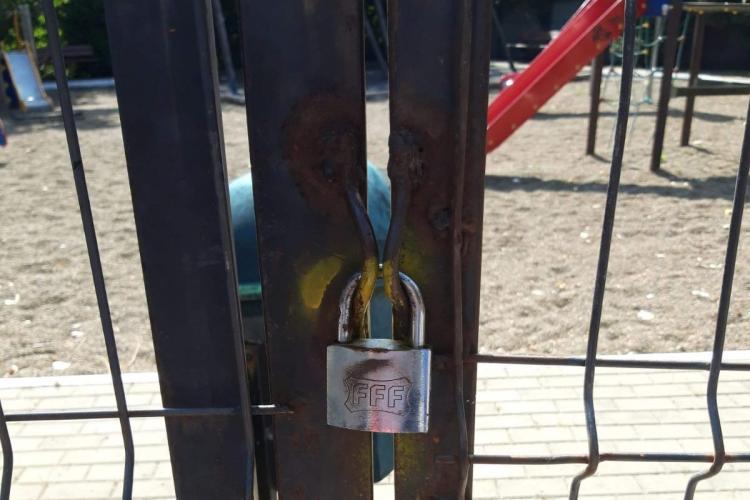 Anomalie! Primăria din Baciu a pus lacăt pe parc, iar oamenii intră ilegal cu copiii, pentru a nu-i lăsa pe străzi