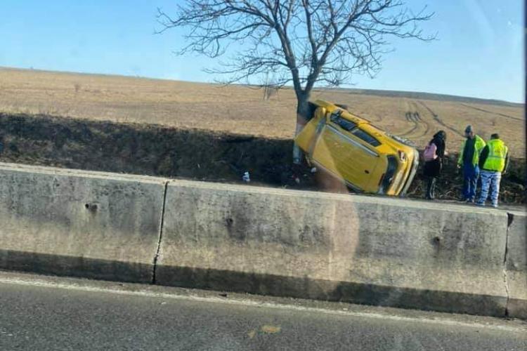Accident halucinant la Tureni. S-a urcat cu mașina într-un copac - FOTO