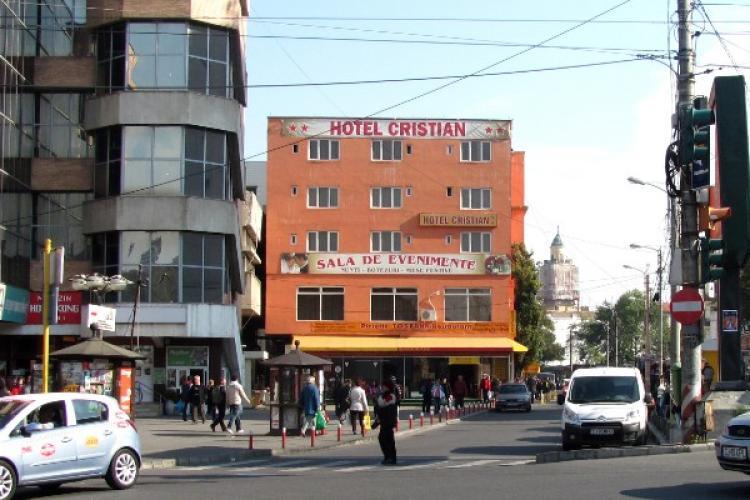 Hotelul Cristian, construit cu autorizație de gheretă, pe trotuar în Piața Mihai Viteazu nu poate fi demolat. Boc: Întrebați-l pe Funar