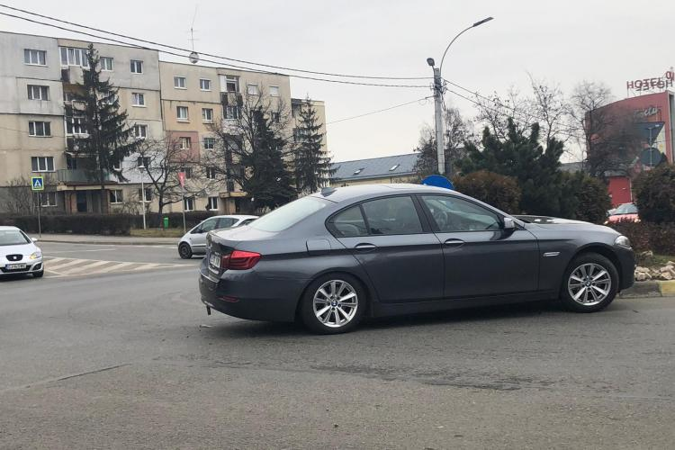 Un BMW a intrat în sensul giratoriu de la Spitalul de Recuperare. Șoferul nu era acolo - FOTO