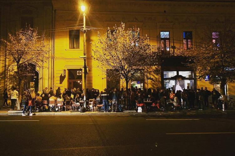 Haos la barul Sisters. Clujenii nici nu mai pot folosi trotuarul: Dacă îi critici, îți sar hipsterii în cap - FOTO
